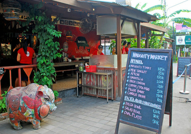 Restaurants in Bali: You don't want to miss the tasty bbq ribs at Naughty Nuri's Warung and Grill!