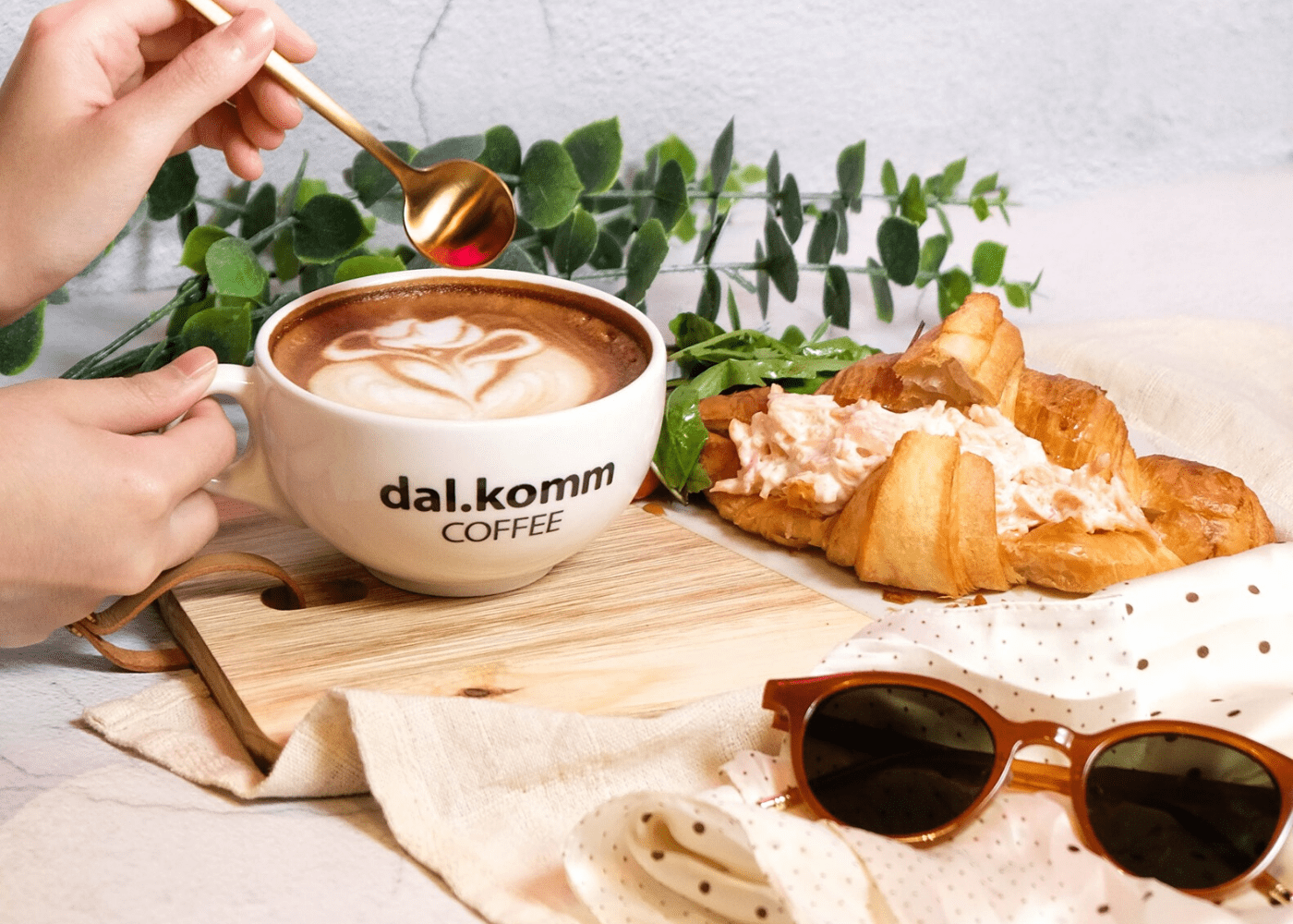 dal.komm coffee | Cafes in Singapore with free wifi | coffee with croissant