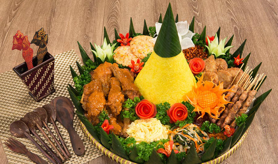 Traditional Indonesian Nasi Ambeng (Credit: Indochili/Facebook)