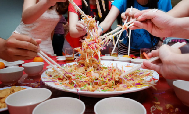 Don't look like a rookie at the yu sheng toss this Chinese New Year. Watch our video on the art of lo hei.