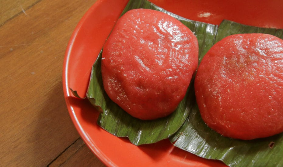 Filled with mung bean or peanut, these kuehs are known for it's oval tortoiseshell shape.