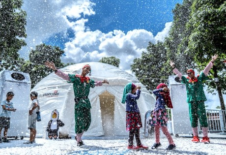 Snowfall every day at LEGOLAND Malaysia Resort's Brick-Tacular Christmas event