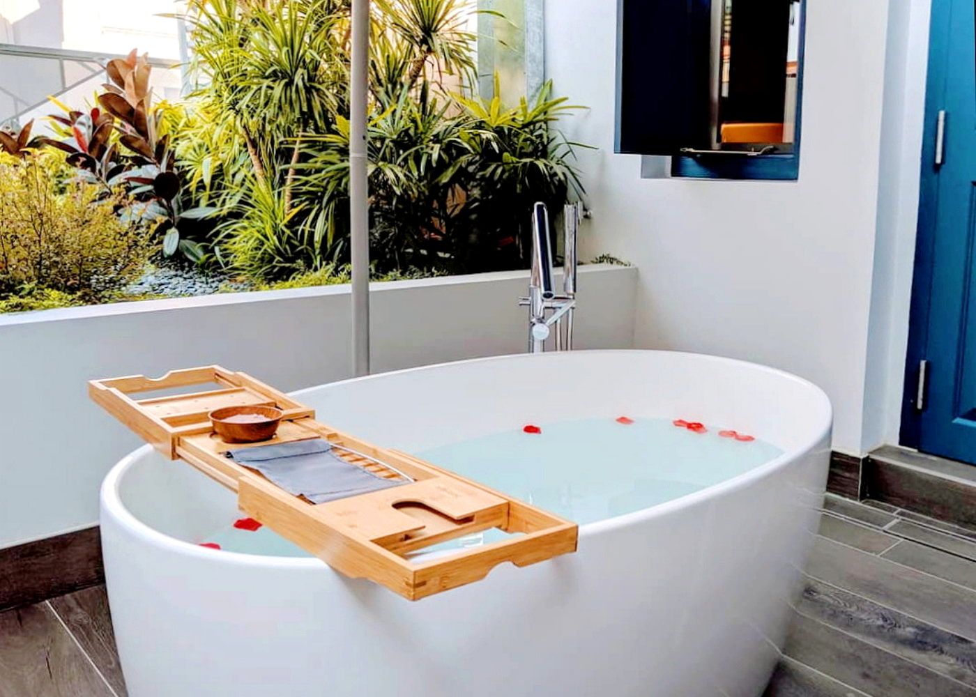 Perks of booking the Outdoor Suite: This outdoor bathtub. Photography: Amelia Ang