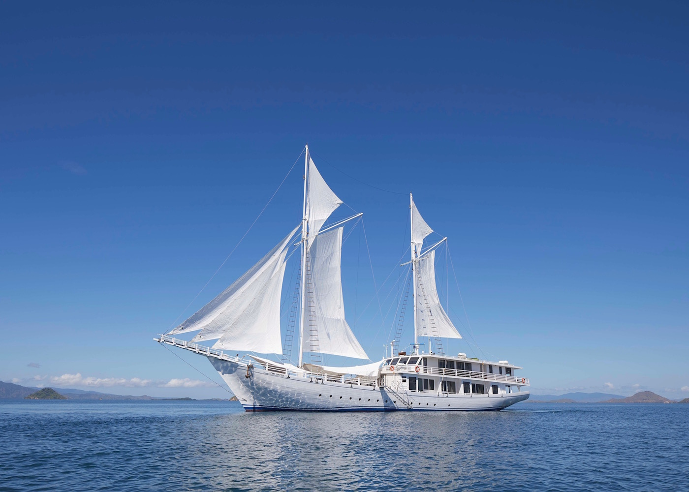 Fancy sailing around Komodo on an uber-luxurious and private cruiser? Meet AYANA Lako di'a.