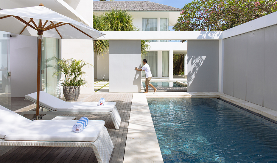 The sliding doors of Villa Canggu connect two separate properties