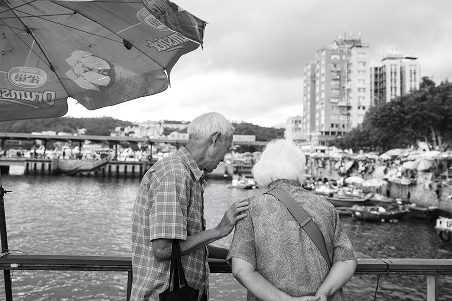 black and white photography Hong Kong lovers in Sai Kung