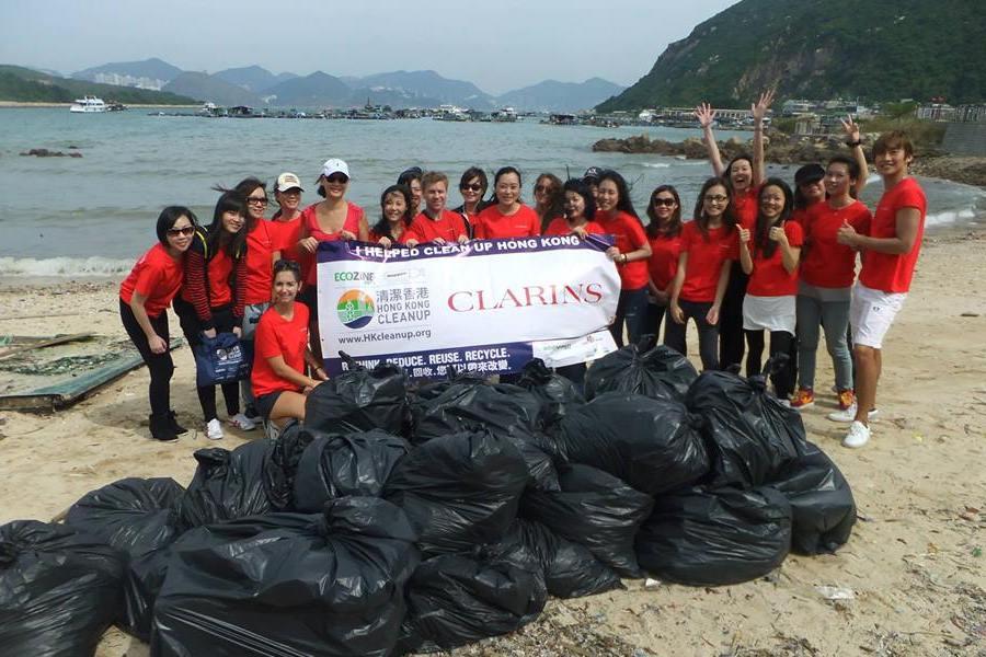 Hong Kong Cleanup volunteer with kids in hong Kong