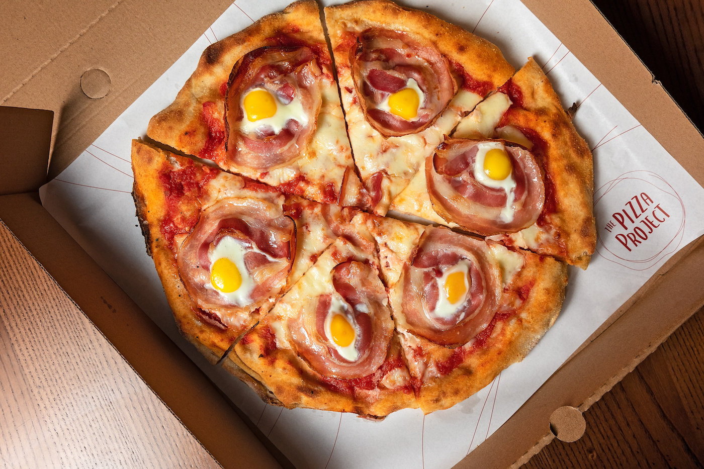 carbonara pizza with bacon and eggs